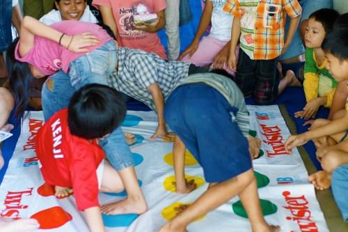 Jungkir Balik bermain Twister